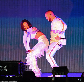 Rihanna Twerks Up A Storm During Performance With Drake At The Brit Awards (Photos)