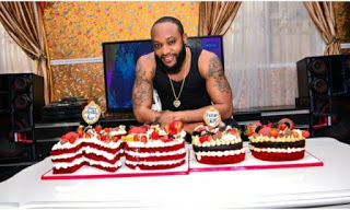 Kcee poses with birthday cake